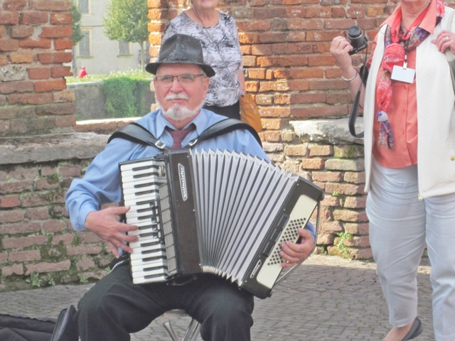 1595 Verona City Bridge Musician